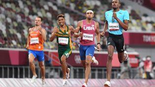 Wayde van Niekerk (dossard vert) a été éliminé en demi-finale du 400 m des Jeux olympiques de Tokyo, lundi 2 août 2021. (JEWEL SAMAD / AFP)