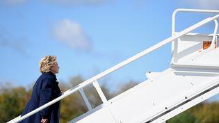 Hillary Clinton le 24 octobre à l'aéroport deWhite Plains(Etat de New York). (ROBYN BECK / AFP)