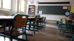 Une classe vide dans une école primaire parisienne (illustration). (THOMAS SAMSON / AFP)