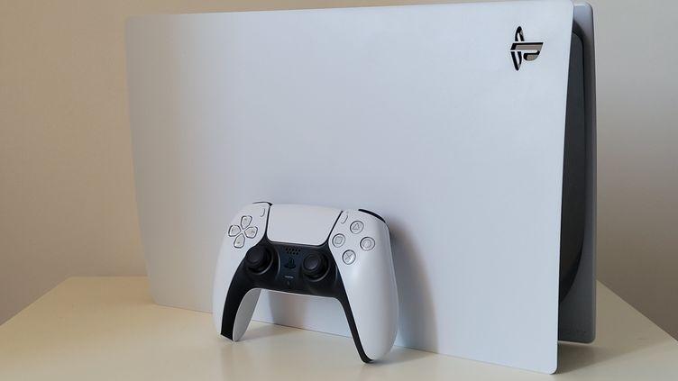Un design blanc et épuré mais un gros gabarit pour le dernier bébé de Sony. (Gaël Simon)