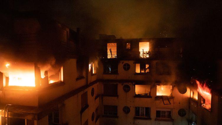 Les flammes embrasent cet immeuble de la rue Erlanger, le 5 février 2019 à Paris. (BENOIT MOSER / BSPP - BRIGADE DE SAPEURS-POMPIERS / AFP)