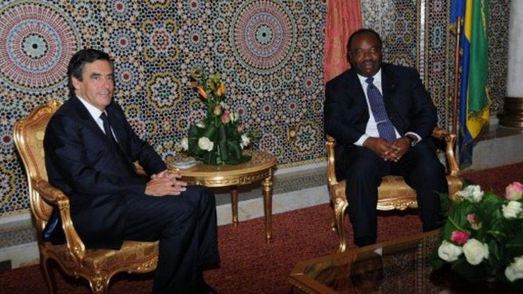 A Libreville, au Gabon, Francois Fillon et le président Ali Bongo Ondimba, le 16 juillet 2011. (AFP PHOTO / WILS YANICK MANIENGUI)