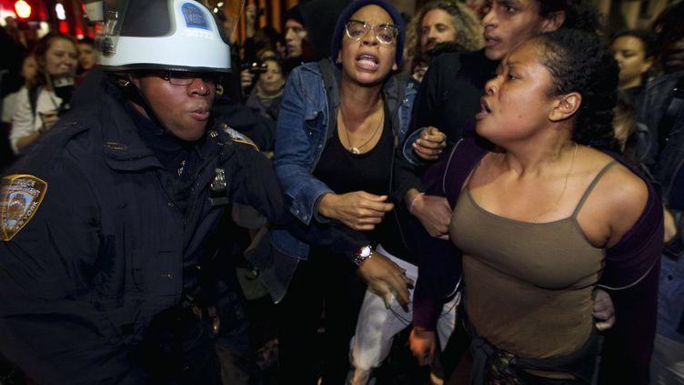 La police de New York évacue mardi 15 novembre les manifestants du mouvement Occupy Wall Street qui campent à Zuccoti Park depuis près de mois. (LUCAS JACKSON/REUTERS)