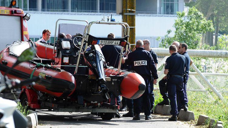 Des polices recherchent un adolescent porté disparu après avoir sauté dans la Loire, à Nantes (Loire-Atlantiques), le 14 mai 2012. (FRANCK DUBRAY / MAXPPP)
