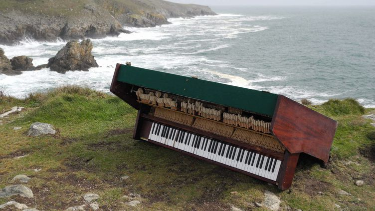 Un piano droit d'au moins 150 kilos a été découvert au bord d'une falaise, à Plogoff (Finistère), le 22 mars 2013. (MAXPPP)