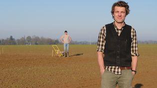 Simon Bridonneau, président de l'association Triticum. Le blé d'hiver vientd'être semé sur la parcelle. (ISABELLE MORAND / RADIO FRANCE / FRANCE INFO)