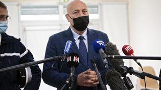 Le procureur de la République de Nîmes, Eric Maurel, lors d'une conférence de presse sur le double meurtre dans les Cévennes, aux Plantiers (Gard), le 12 mai 2021. (CLEMENT MAHOUDEAU / AFP)