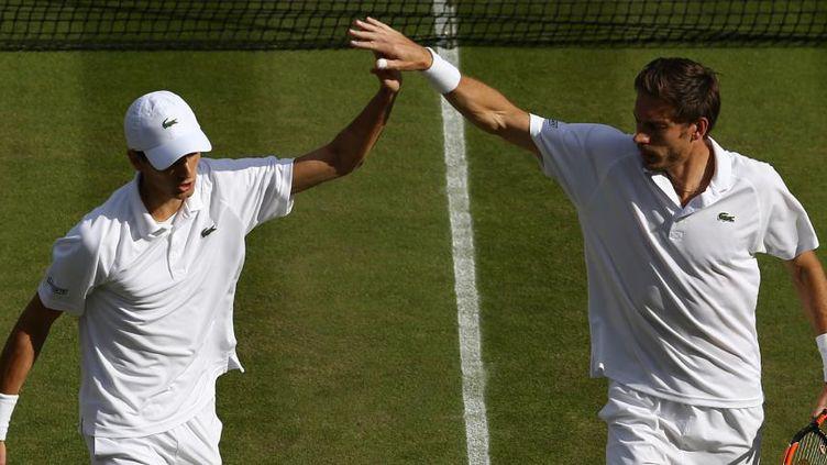 Pierre-Hugues Herbert et Nicolas Mahut, à Wimbledon (Londres), jeudi 7 juillet 2016. (JUSTIN TALLIS / AFP)