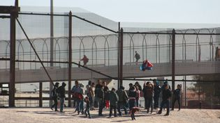 Des migrants du Guatemala et du Salvador, à la frontière entre le Mexique et les Etats-Unis, le 14 décembre 2018. (DAVID PEINADO / NURPHOTO / AFP)