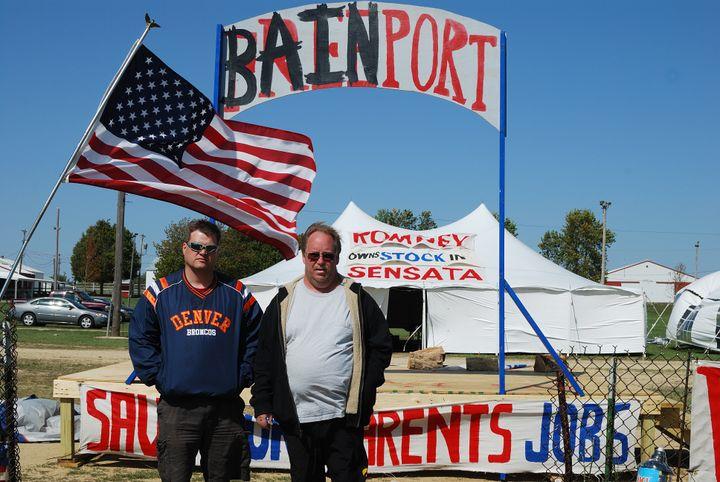 Deux salariés de Sensata Technologies, firme rachetée par Bain, protestent contre les délocalisationsprévues en Chine, à Freeport (Illinois), le 19 septembre 2012. (MIRA OBERMAN / AFP)