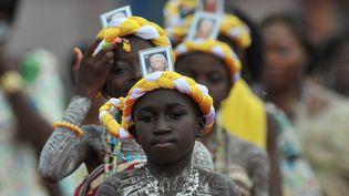 De jeunes catholiques lors d'un rassemblement pour célébrer la visite du pape Benoît XVI à Cotonou (Bénin), le 18 novembre 2011. (PIUS UTOMEI EKPEI / AFP)
