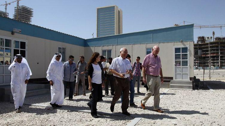 Des syndicalistes français et internationaux en visite sur un chantier de construction à Doha (Qatar), le 9 octobre 2013. (KARIM JAAFAR / AL-WATAN DOHA)