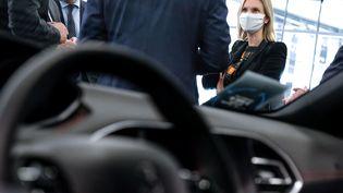 La ministre déléguée à l'Industrie, Agnès Pannier-Runacher, dans une concession automobile PSA, le 2 juin 2020. (ELKO HIRSCH / HANS LUCAS / AFP)