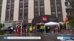 Des grèvistes devant l'hôtel Ibis des Batignolles à Paris (France 3)