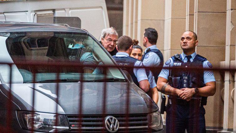 Le cardinalGeorge Pell (à gauche) est escorté devant la Cour suprême de Victoria à Melbourne (Australie), le 6 juin 2019. (ASANKA BRENDON RATNAYAKE / AFP)