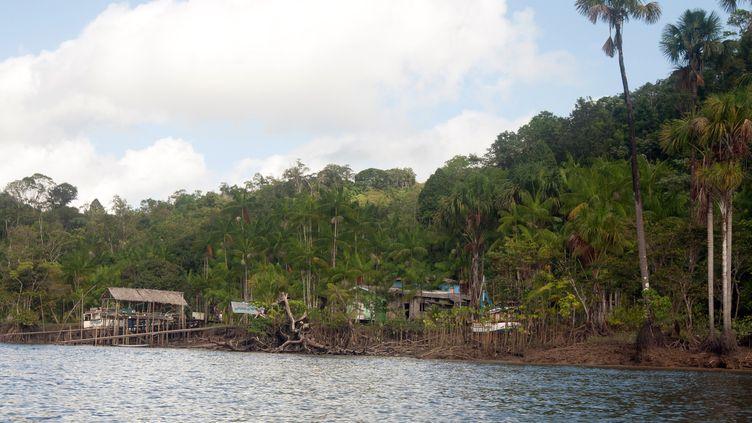 Un petit village près de Saint Georges de l'Oyapock, sur le bord du fleuve Oyapock, frontière naturelle entre la Guyane et le Brésil. (JEROME VALLETTE / AFP)