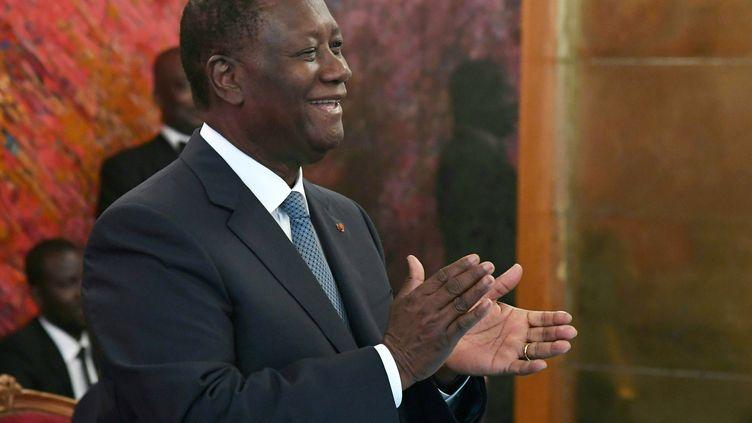 Le président ivoirien, Alassane Ouattara, au palais présidentiel d'Abidjan, le 5 août 2019. Il brigue un troisième mandat controversé à l'élection du 31 octobre 2020. (ISSOUF SANOGO / AFP)