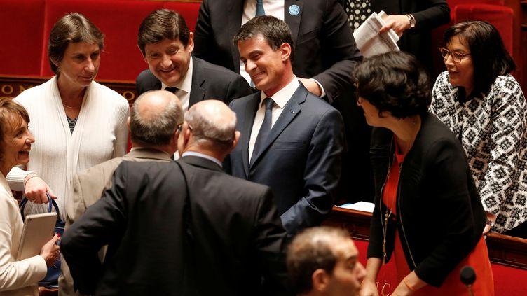 Manuel Valls, entouré des membres du gouvernement, à l'Assemblée nationale, le 12 mai 2016. (CHARLES PLATIAU / REUTERS)