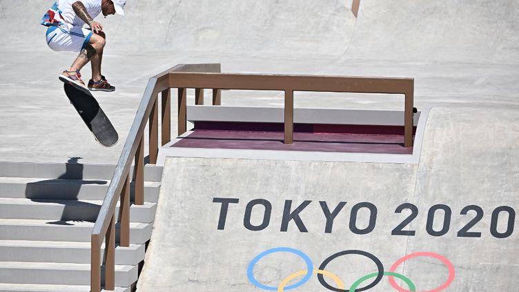 Aurélien Giraud lors de l'épreuve de skateboard street aux Jeux olympiques de Tokyo le 25 juillet 2021. (JEFF PACHOUD / AFP)
