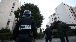 Deux policiers dans la cité des Tarterêts à Corbeil-Essonnes (Essonne), le 6 juin 2011. (MAXPPP)