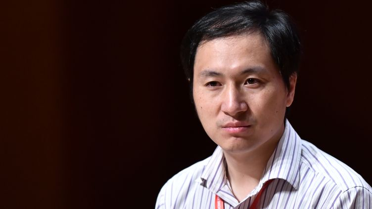 Le scientifique chinoisHe Jiankui lors d'une conférence à Hong-Kong, le 28 novembre 2018. (ANTHONY WALLACE / AFP)