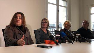 De gauche à droite : Maître Francesca Satta, avocate d'une dizaine de victimes, Amélie, une victime de Loches, Claudette, la mère d'Amelie, et Roland, le grand-père d'une victime de Quimperlé. (MARGAUX STIVE / RADIO FRANCE)