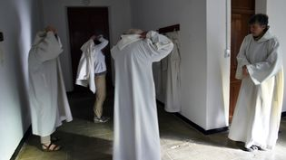 Des moines se préparent pour la prière au monastère de Tibéhirine, à environ 80 kilomètres d'Alger, le 28 novembre 2018. (RYAD KRAMDI / AFP)