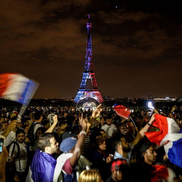 La joie des supporters français devant la tour Eiffel, le 15 juin 2018 à Paris. (GEOFFROY VAN DER HASSELT / AFP)