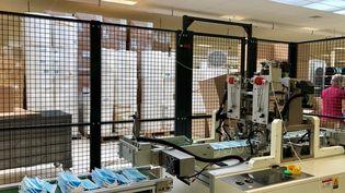 L'une des machines de fabrication de masques chirurgicaux de Valmy, en juin 2021. (NOEMIE BONNIN / RADIO FRANCE)