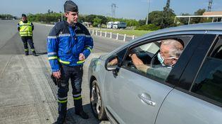 Un contrôle des déplacements effectué par la gendarmerie à Muret, le 11 avril 2020. (FREDERIC SCHEIBER / HANS LUCAS / AFP)