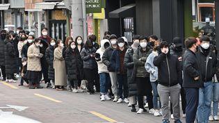 Des personnes attendent pour acheter des masques de protection contre le coronavirus Covid-19, le 27 février 2020 à Daegu (Corée du Sud). (JUNG YEON-JE / AFP)