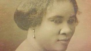 Le 13 h de France 2 s'intéresse aux femmes qui ont fait l'Histoire, mais qui en sont souvent les grandes oubliées. Retrouvez le parcours exceptionnel de C. J. Walker, une fille d'esclaves devenue cheffe d'entreprise. (France 2)