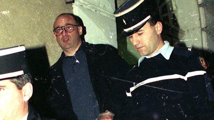 Jean-Claude Romand, lors de son transfert à la prison de Bourg-en-Bresse en 1994. (BALFIN JEAN PIERRE / MAXPPP)