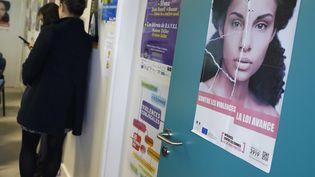 Une affiche est collée dans les locaux de laFédération nationale Solidarité femmes à Paris, le 25 novembre 2016. (PATRICK KOVARIK / AFP)
