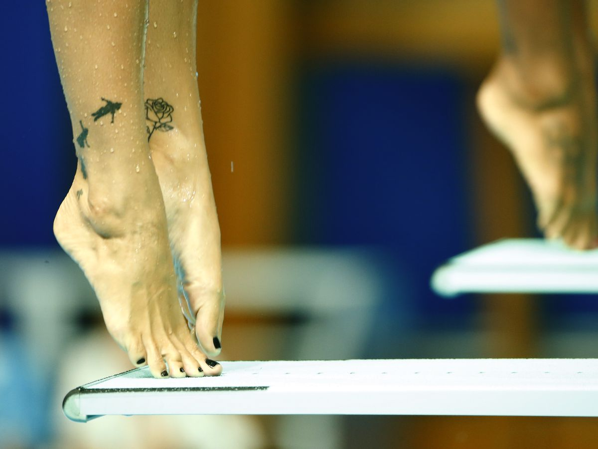 Fille tatouée montre ses orteils parfaits