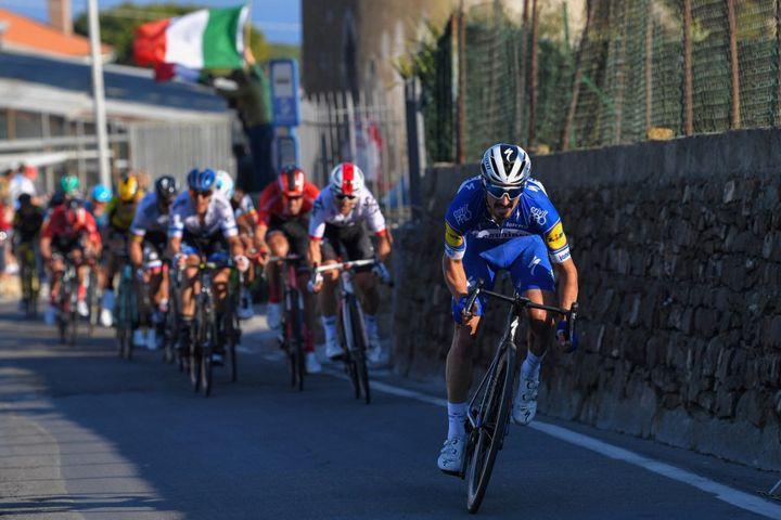 Julien Alaphilippe sprinte dans les derniers mètres pour aller chercher la victoire à San Remo, le 23 mars 2019. (TIM DE WAELE / POOL)