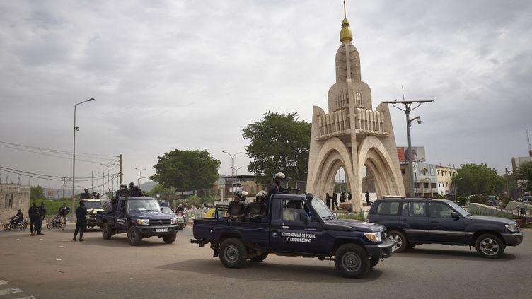 Des policiers anti-émeute maliens sur la place de l'Indépendance à Bamako, le 25 mai 2021. (MICHELE CATTANI / AFP)