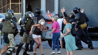 Des policiers interpellent des manifestants protestant contre la réélection du président Alexandre Loukachenko, à Minsk (Biélorussie), le 11 août 2020. (SERGEI GAPON / AFP)