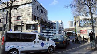 Des véhicules entrent dans l'hôpital Saint-Vincent-de-Paul à Paris, le 25 décembre 2008. (STEPHANE DE SAKUTIN / AFP)