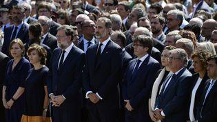 Le roi d'Espagne Felipe (au centre), assiste à la minute de silence en hommage aux victimes des attentats en Catalogne en compagnie du Premier ministre Mariano Rajoy (à sa droite), vendredi 18 août 2017 à Barcelone (Catalogne). (JAVIER SORIANO / AFP)
