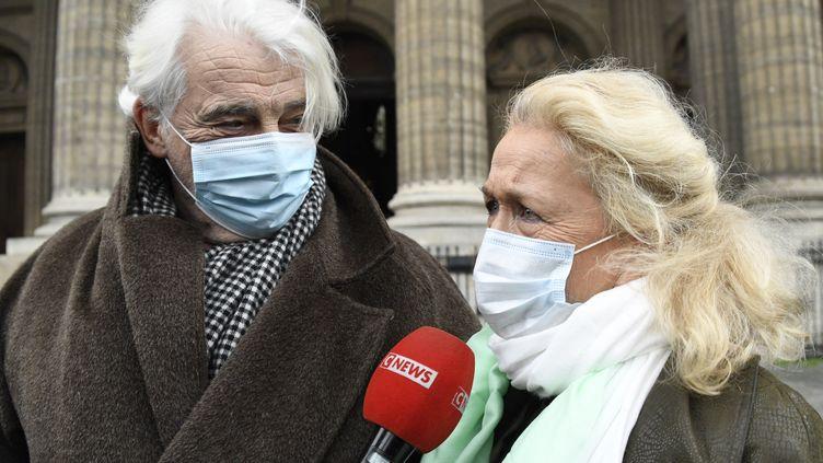 Les comédiens Jacques Weber et Brigitte Fossey se rendent à la messe de requiem en souvenir du metteur en scène Robert Hossein décédé le 31 décembre 2020, à l'église Saint-Sulpice à Paris (9 février 2021) (BERTRAND GUAY / AFP)