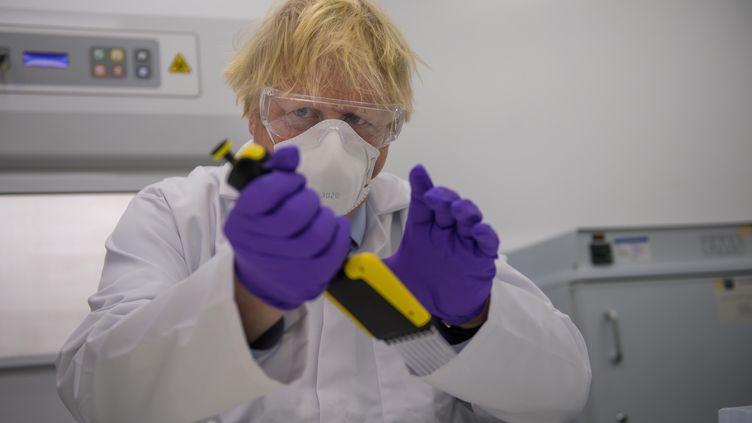 Le Premier ministre britannique Boris Johnson visite une usine de Valneva, à Livingston, en Ecosse, le 28 janvier 2021. (WATTIE CHEUNG / POOL / AFP)