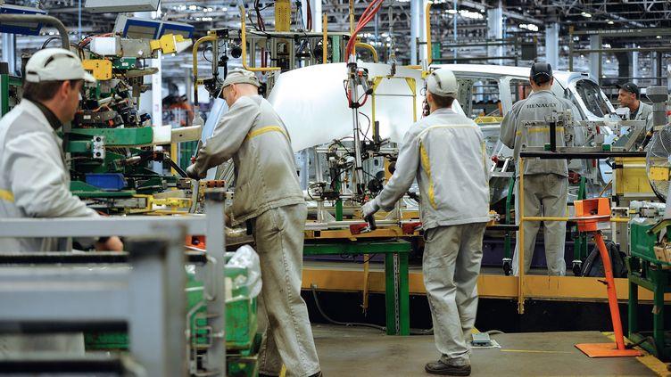 Chaine de montage chez Renault à l'usine de Douai (Nord). Photo d'illustration. (PHILIPPE HUGUEN / AFP)