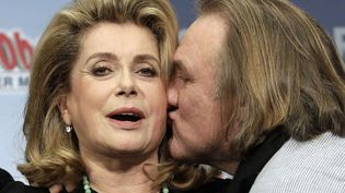 """En promo à Berlin pour le nouveau volet d'""""Astérix"""", Obélix alias Gérard Depardieu a témoigné toute son affection à la reine Catherine Deneuve. Une démonstration qui a visiblement agacé l'actrice. (TOBIAS SCHWARZ / REUTERS)"""