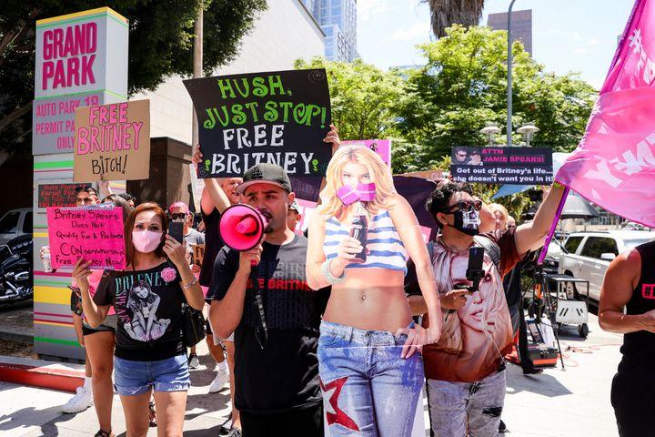 Des manifestants du mouvement #FreeBritney devant le tribunal de Los Angeles (Etats-Unis), le 23 juin 2021. (RICH FURY / GETTY IMAGES NORTH AMERICA / AFP)