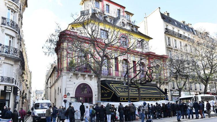 Le mémorial improvisé devant lasalle de concert du Bataclan, à Paris, le 22 novembre 2015. (LOIC VENANCE / AFP)
