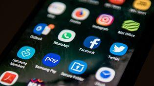 L'écran d'accueil d'un téléphone portable, le 22 mars 2018. (OLI SCARFF / AFP)