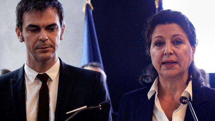 Olivier Véran et Agnès Buzyn, au moment de la passation de pouvoir, au ministère de la Santé à Paris, le 17 février 2020. (GEOFFROY VAN DER HASSELT / AFP)