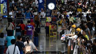 Des manifestants dans l'aéroport de Hong Kong, le 13 août 2019. (PHILIP FONG / AFP)
