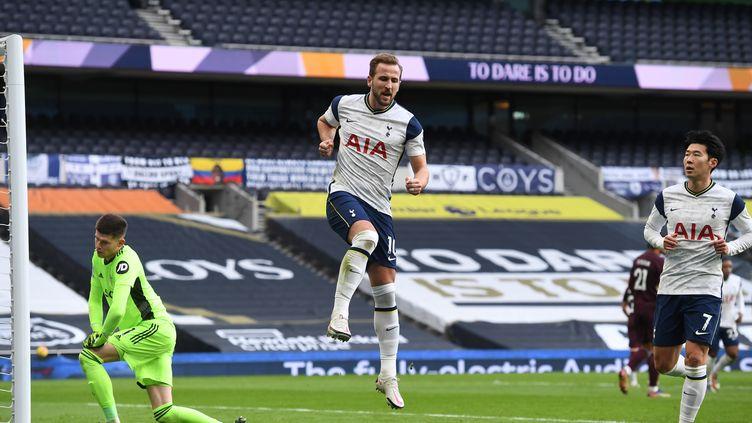 Harry Kane heureux devant Heung-Min Son, le duo gagnant de Tottenham (ANDY RAIN / POOL)